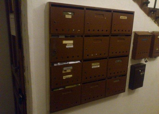 Demontáž starých pošt.schránek na zdi, montáž nových do zdi