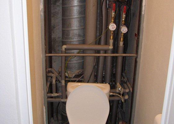 Dokončení rekonstrukce WC v bytě, instalace geberitu, obklady