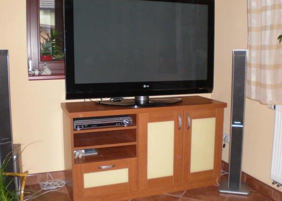 Stolek pod TV
