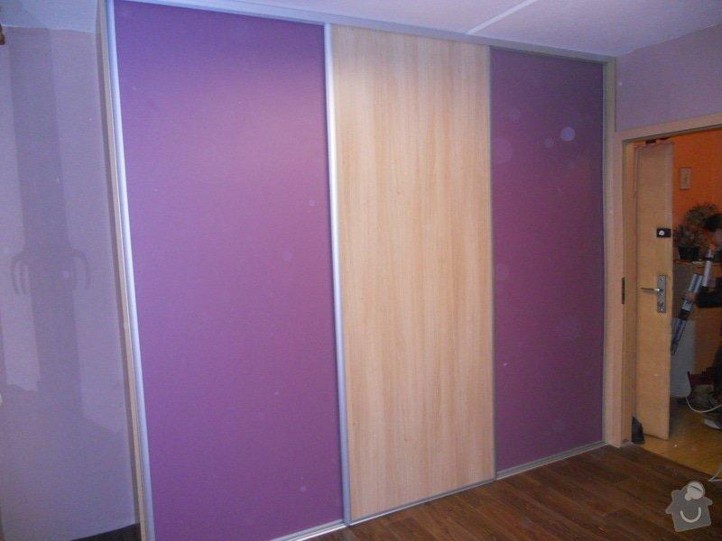 Dětský pokoj, vestavěná skříň a stůl: DSCN1536