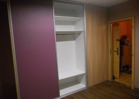 Dětský pokoj, vestavěná skříň a stůl