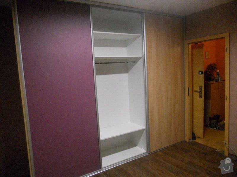Dětský pokoj, vestavěná skříň a stůl: DSCN1537