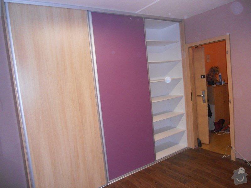 Dětský pokoj, vestavěná skříň a stůl: DSCN1538