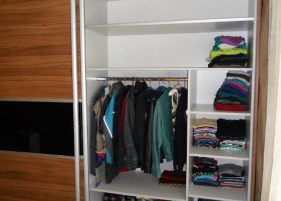 Výroba vestavěné skříně, vestavěného botníku, 2 ks komod , a další truhlářské práce