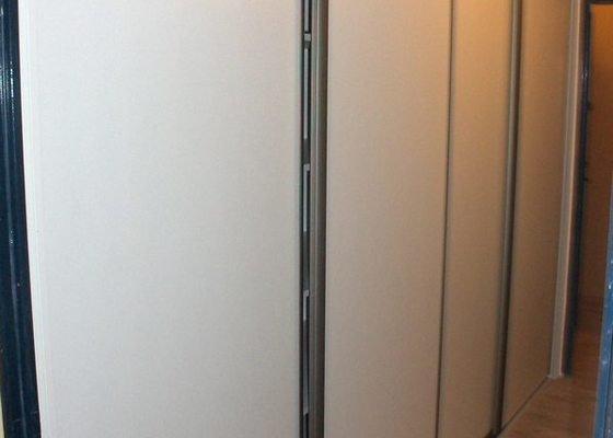 Jednoduchá vestavěná skříń