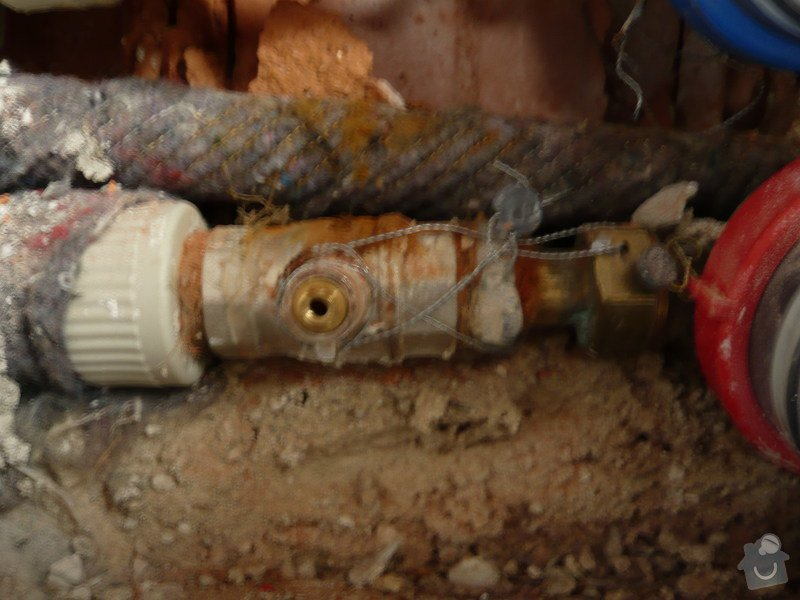 Instalater-vymena uzaveru vody stoupacka, k´´zaviracich kohoutu pod umyvadlem: P1170492