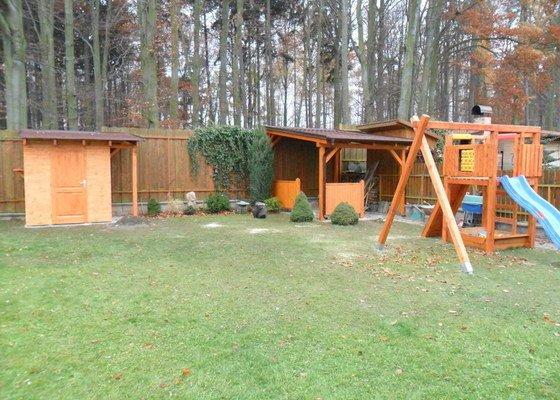 Zahradní domek, přístřešek a dětské houpačky