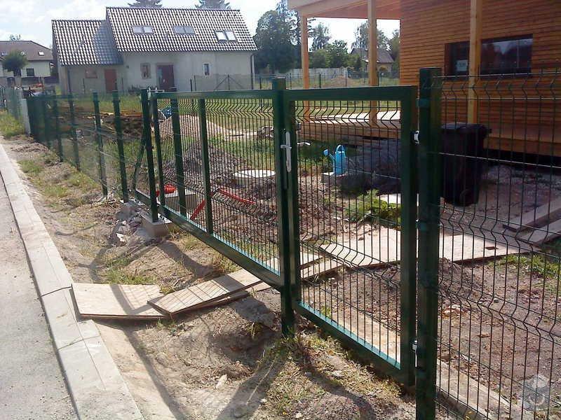 Oplocení RD s bránou a brankou: pojezdova_brana_a_branka_Horousanky_3D_ZN_PVC