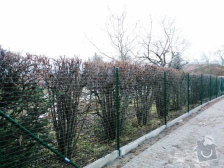 Oplocení pozemku v Mníšku pod Brdy: oploceni_s_podhrabovou_deskou_vyska_svarovana_sit_sila_3_mm_Mnisek_pod_Brdy