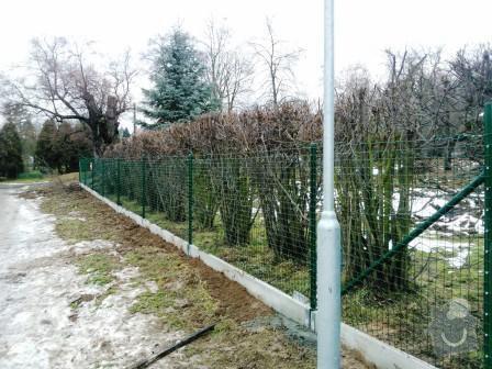 Oplocení pozemku v Mníšku pod Brdy: oploceni_s_podhrabovou_deskou_vyska_20_svarovana_sit_Mnisek_pod_Brdy
