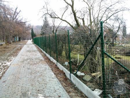 Oplocení pozemku v Mníšku pod Brdy: oploceni_s_podhrabovou_deskou_vyska_30_svarovana_sit_Mnisek_pod_Brdy