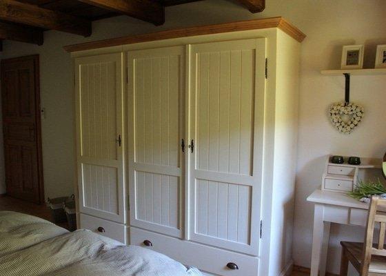 Vybavení roubenky nábytkem, kuchyňská linka a návrh a realizace obkladů roubenky