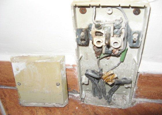 Výměna zásuvky a zprovoznění napájení koupelnového jádra