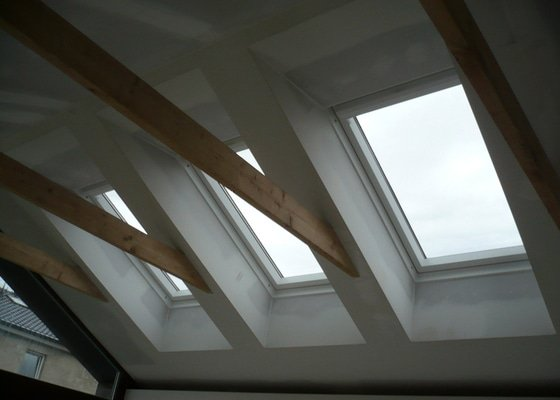 Zhotovení sádrokartonu, strukturová omítka a betonová dlažba.
