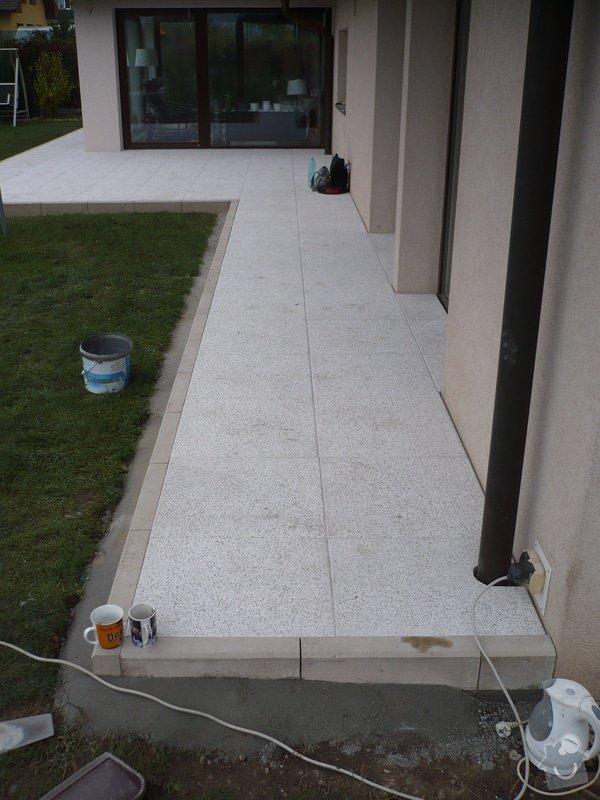 Zhotovení sádrokartonu, strukturová omítka a betonová dlažba.: P1080324