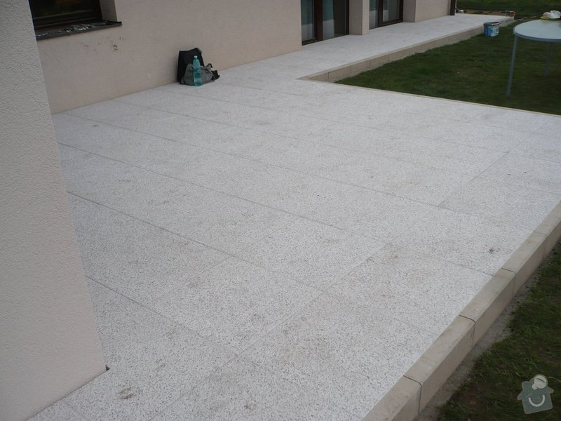 Zhotovení sádrokartonu, strukturová omítka a betonová dlažba.: P1080329
