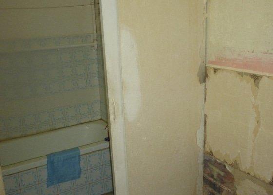 Vyrovnání stěn v koupelně: zaházení nerovností, vyrovnávky lepidlem, vyštukování.