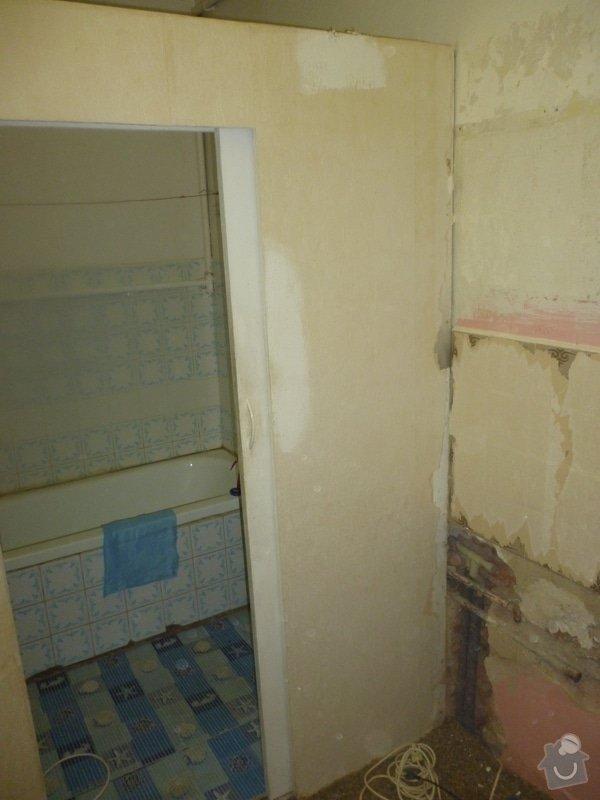 Vyrovnání stěn v koupelně: zaházení nerovností, vyrovnávky lepidlem, vyštukování.: P1000271