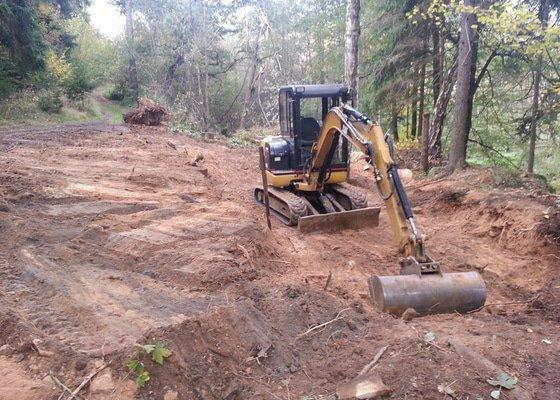 Vybagrování lesní cesty + navezení štěrku.