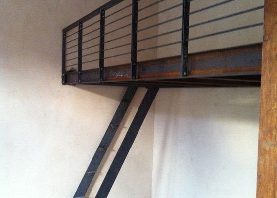 Konstrukce kovového patra na spaní do činžovního domu