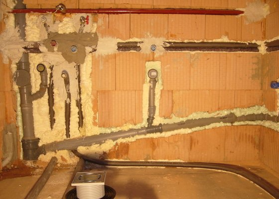 Rozvod vody, odpadů, topení, plynu, centrálního vysavače a příprava pro změkčovací filtr.
