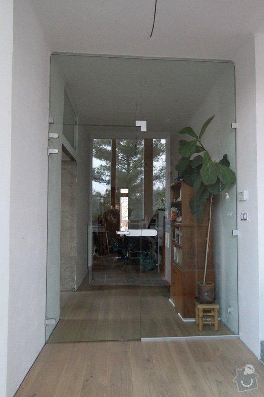 Celoskleněná dělící stěna s dveřmi: IMG_1596