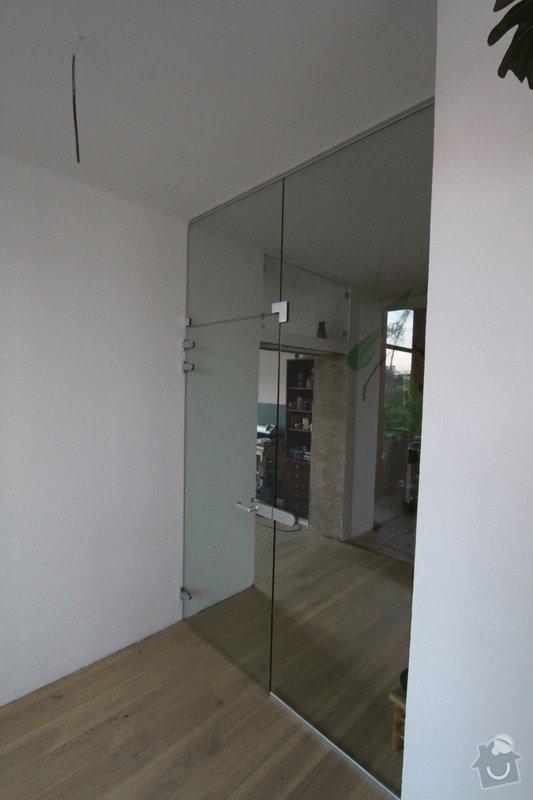 Celoskleněná dělící stěna s dveřmi: IMG_1598