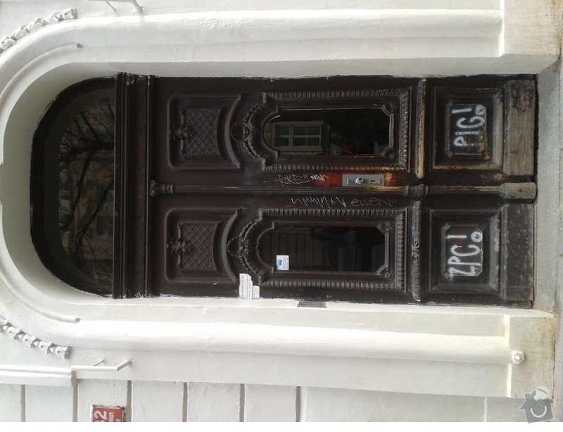Renovace vchodových a dalších dveří v činžovním domě v Praze 2,ul. Šumavská: dvere