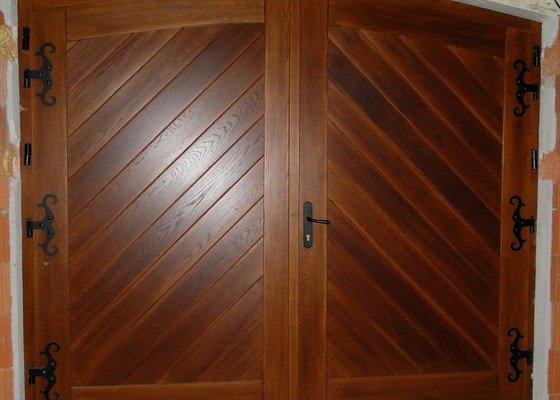 Obloukové vchodové dveře a garážová vrata