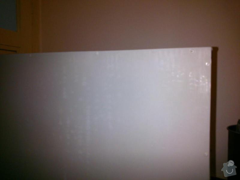 Připevnění police, zasádrování děr ve zdi: police_zezadu