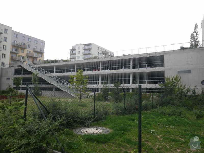 Znalecký posudek vegetační střechy nad hromadnými garážemi: IMGP6704
