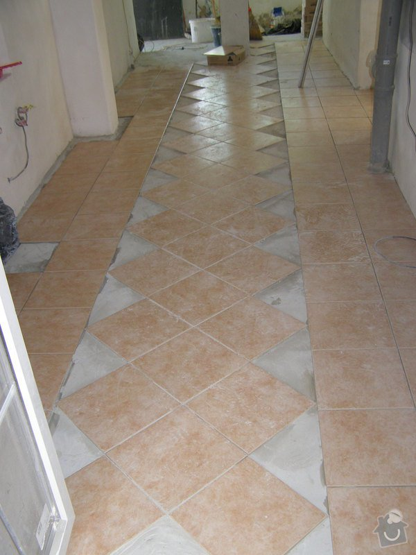 Obklad  koupelen v podkroví a přízemí,pokládka dlažby v přízemí: rozelana_chodba_V