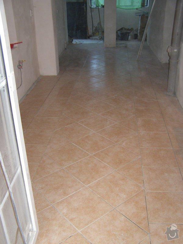 Obklad  koupelen v podkroví a přízemí,pokládka dlažby v přízemí: chodba_konecny_stav