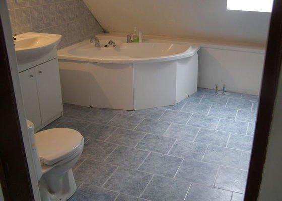 Obklad  koupelen v podkroví a přízemí,pokládka dlažby v přízemí