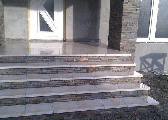 Obložení venkovného schodiště, sloupku a zdi.