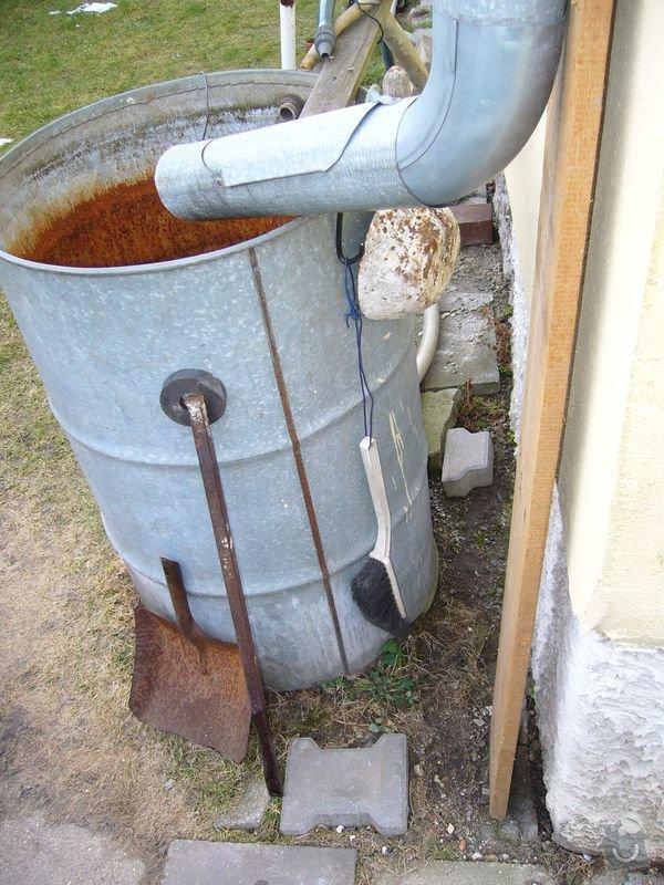 Výměna obrubníků u chodníku, připojení okapu do odpadů: odtok_dum2
