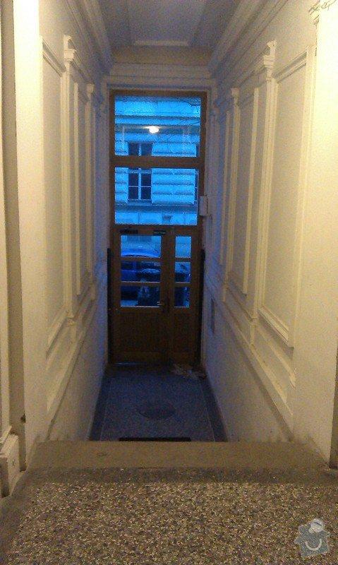 Sklopné nájezdové kolejnice (lišty) pro sjezd/výjezd kočárků/popelnic přes vstupní schodiště činžovního domu: IMAG0576
