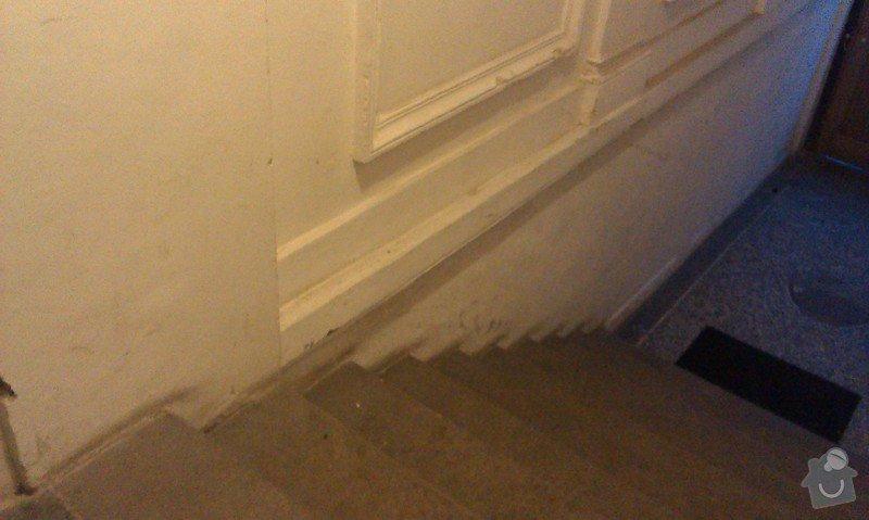 Sklopné nájezdové kolejnice (lišty) pro sjezd/výjezd kočárků/popelnic přes vstupní schodiště činžovního domu: IMAG0577