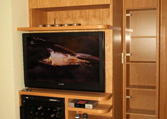 Funkční skříň na míru s prostorem pro vinotéku a TV