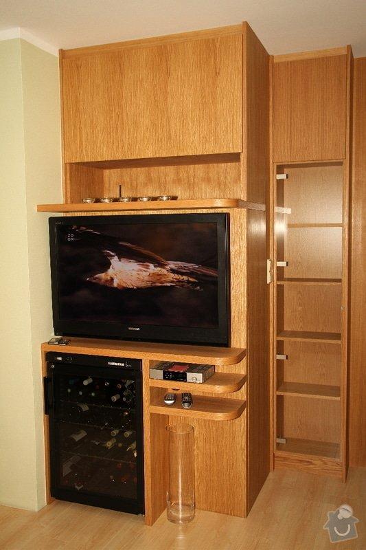 Funkční skříň na míru s prostorem pro vinotéku a TV: skrin-0323-01