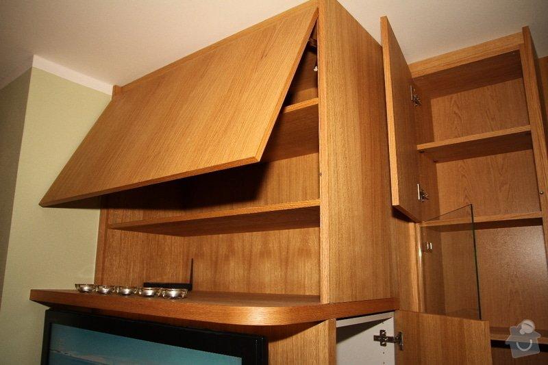 Funkční skříň na míru s prostorem pro vinotéku a TV: skrin-0323-03