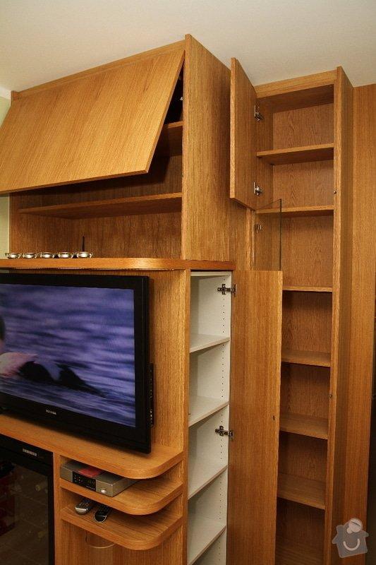Funkční skříň na míru s prostorem pro vinotéku a TV: skrin-0323-04