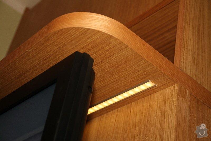 Funkční skříň na míru s prostorem pro vinotéku a TV: skrin-0323-05