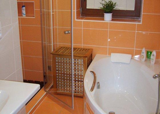 Rekonstrukce koupelny a Wc, obložení soklu domu