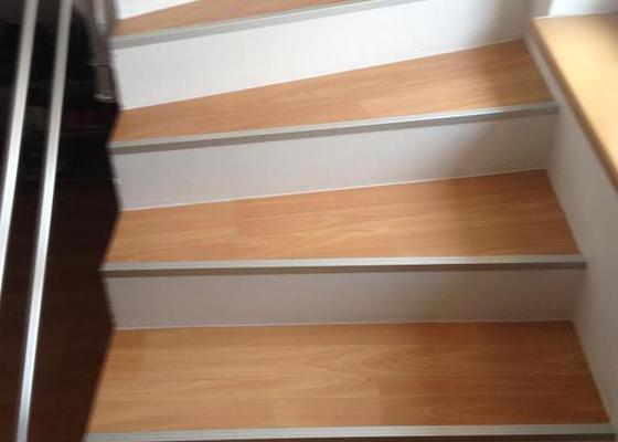 Obklad schodů z monolitu vinylem,hliníkové hrany