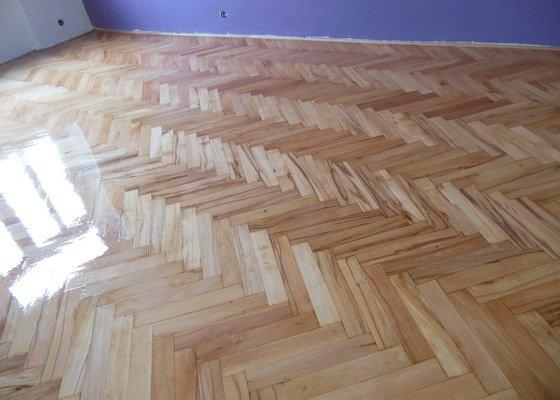 Zbroušení a nalakování dřevěné podlahy