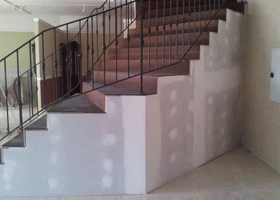 Obložení schodiště v prodejně nábytku