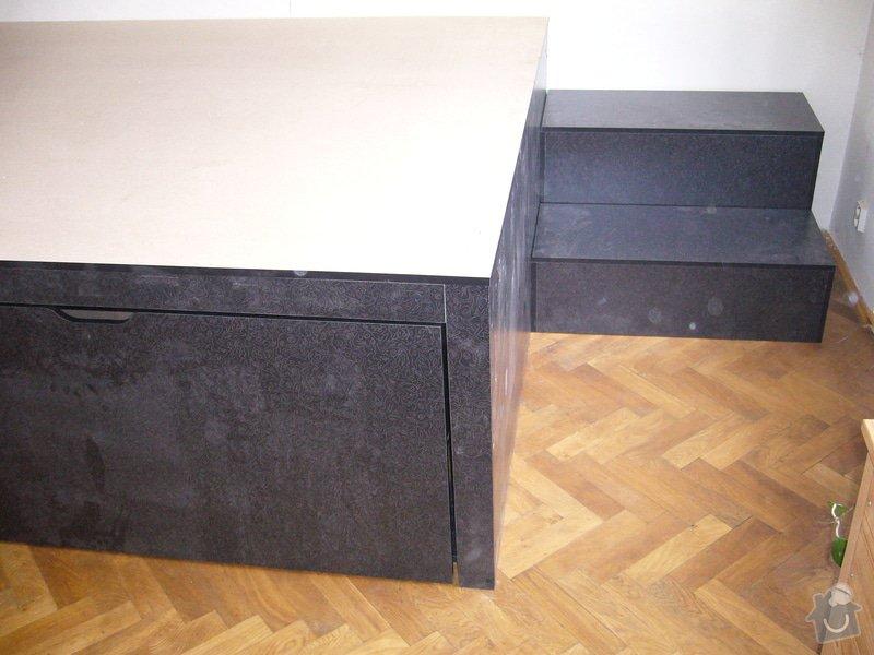 Pódium s výsuvnou postelí + šuplíčky úložné: P1050309