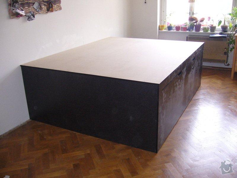 Pódium s výsuvnou postelí + šuplíčky úložné: P1050311