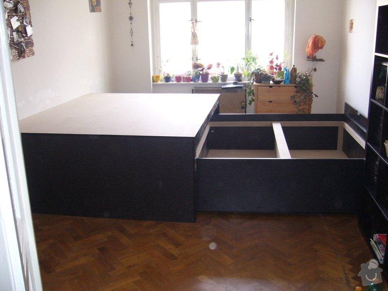 Pódium s výsuvnou postelí + šuplíčky úložné: P1050313